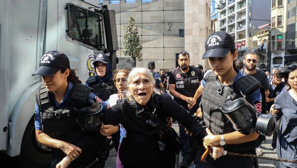 Cumartesi Anneleri 700. oturma eylemine polis müdahalesi - Sputnik Türkiye