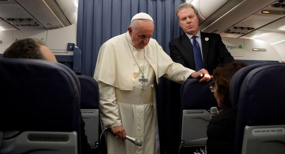 Papa Francis, Dublin'den Roma'ya dönerken uçakta gazetecilerin sorularını yanıtladı.