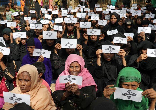 Arakan Müslümanlarının Myanmar'dan Bangladeş'e kaçışının yıldönümünde Kutupalong sığınmacı kapındaki kadınlar hak, adalet ve eve geri dönüş istediklerine dair kartlarla eylem yaptı.