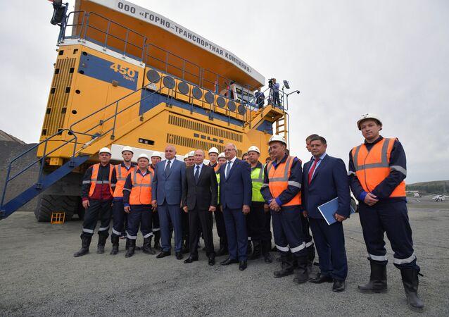 Rusya Devlet Başkanı Vladimir Putin, Kemerovo bölgesindeki bir kömür madenini ziyaret etti