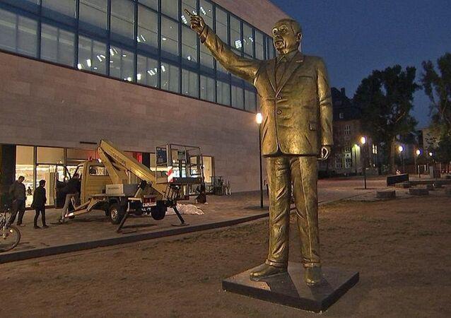 Wiesbaden Bienali sunar: 4 metrelik Erdoğan heykeli