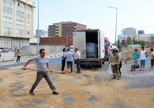 İBB ekipleri yolda kumlama çalışması yaptı.