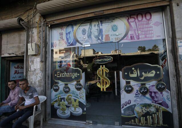 Suriye'nin kuzeyinde Türkiye sınırındaki Azez'de döviz bürosu