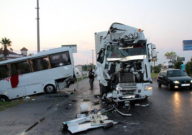Antalya'da zincirleme kaza: 12'si Rus turist, 15 kişi yaralandı