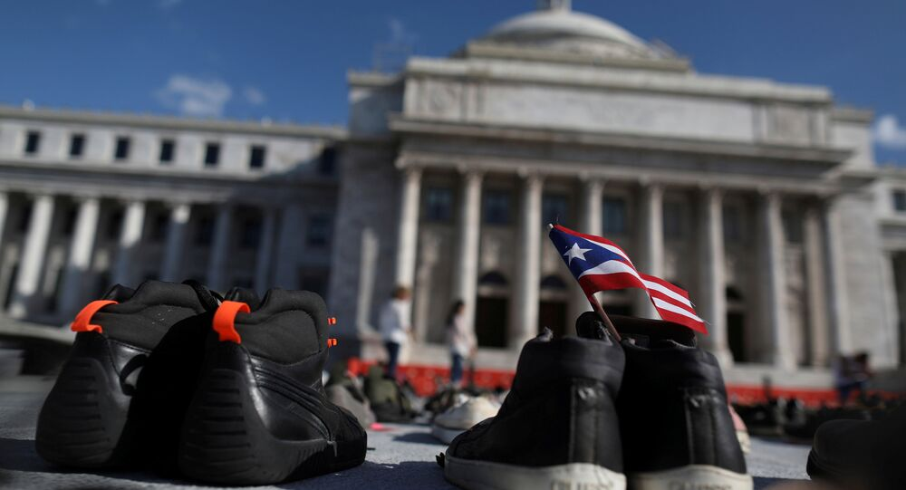 Porto Riko'nun başkenti San Juan'da  Maria Kasırgası'nda ölenleri anmak için hükümet binası önüne konulan ayakkabılar