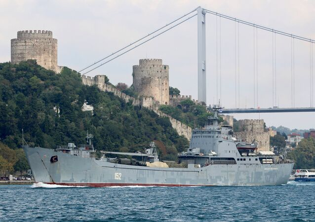 Rus askeri gemisi İstanbul boğazından geçiyor
