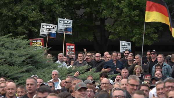 Teilnehmer der Kundgebung in Chemnitz - Sputnik Türkiye