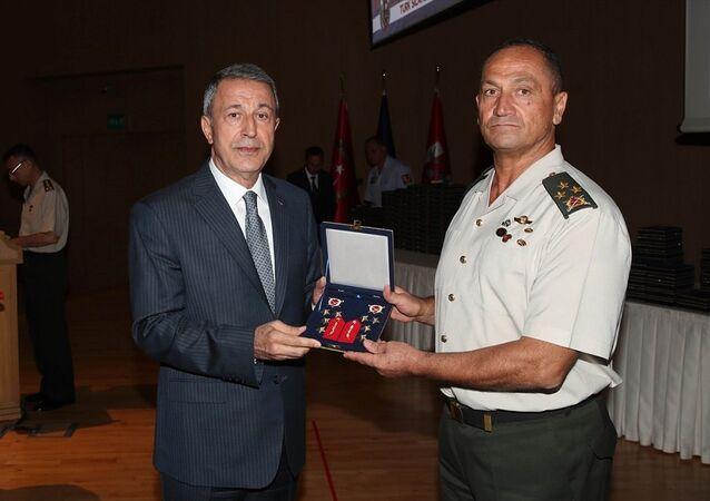 Akar, Yüksek Askeri Şura kararları kapsamında orgeneralliğe terfi eden 2. Ordu Komutanı Korgeneral Metin Temel'in rütbe işaretlerini verdi.