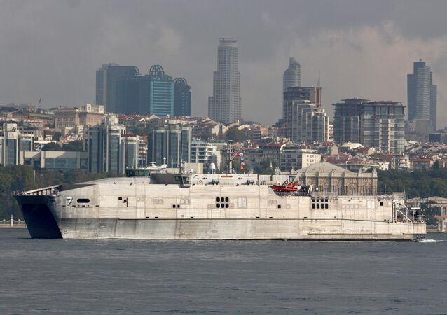 ABD'nin 'Spearhead' sınıfı süratli sefer nakliye gemisi USNS Carson City (T-EPF-7), bugün (30 Ağustos 2018) İstanbul Boğazı'ndan Akdeniz'e geçti.