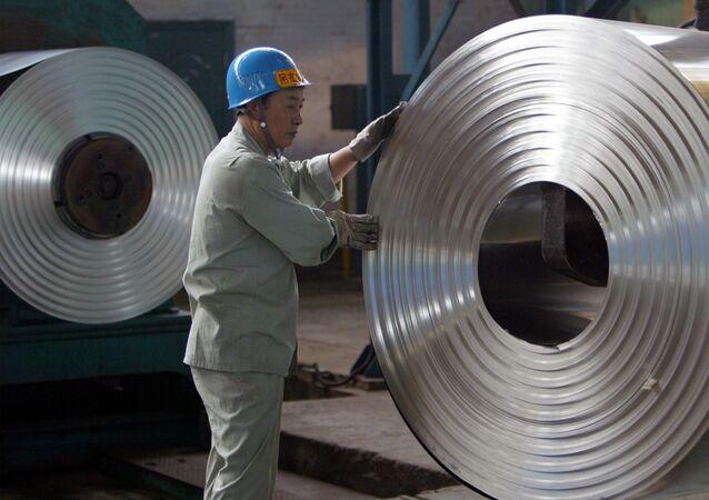 Soğuk haddeleme işlemi yapan bir Çinli işçi