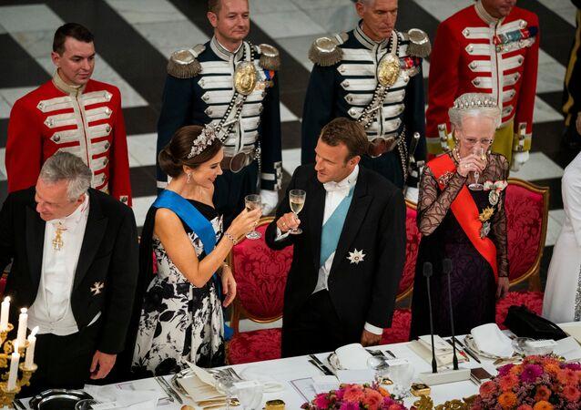 Danimarka Kraliçesi Margrethe (sağda) ile Veliaht Prensesi Mary (solda), Fransa Cumhurbaşkanı Emmanuel Macron'un onuruna Christiansborg Şatosu'nda devlet şöleni verdi.