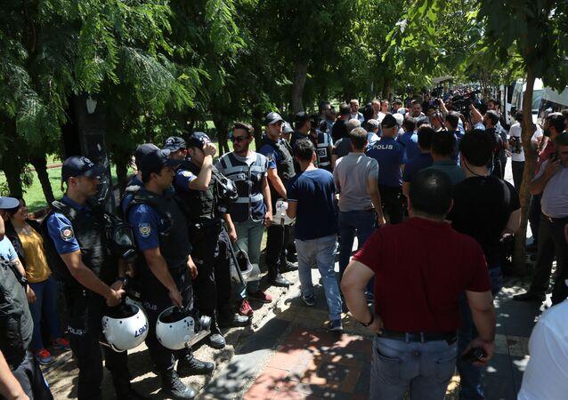 Polis ile HDP'li vekil arasında 'Seni tanımıyorum' tartışması