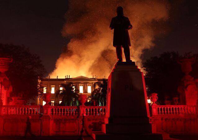 Rio de Janeiro'daki 200 yıllık müzede yangın