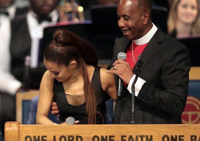 Aretha Franklin'in cenaze töreninde müzisyen Ariana Grande'ye münasebetsizce h, özür diledi