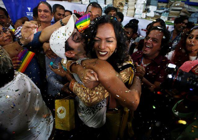 Hindistan Anayasa Mahkemesi'nin eşcinsel ilişkiyi suç olmaktan çıkaran kararını Mumbai'deki LGBT aktivistleri sevinçle karşıladı.