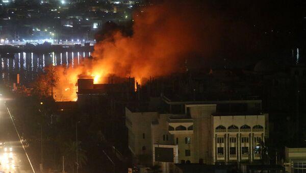 Irak'ın Basra kentinde protestocular çok sayıda binayı ateşe verdi - Sputnik Türkiye