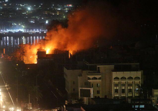 Irak'ın Basra kentinde protestocular çok sayıda binayı ateşe verdi