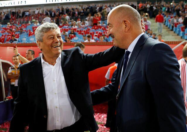 Türk Milli Takımı'nın koçu Mircea Lucescu ve Rus Milli Takımının koçu Stanislav Çerçesov