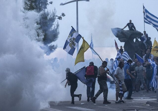 """Yunanistan'ın Selanik kentinde Makedonya ile yapılan """"isim anlaşmasını"""" protesto eden göstericiler ve polis arasında arbede yaşandı"""