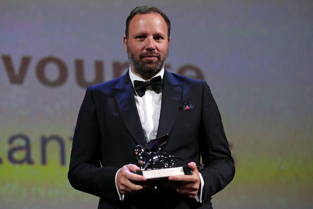 Gümüş Aslan Büyük Jüri Ödülü de 'Köpekdişi' (Dogtooth) ve 'The Lobster' (Istakoz) gibi filmleriyle tanınan, Yunan Yeni Dalga Sineması'nın en önemli temsilcilerinden Yunan yönetmen Yorgos Lanthimos'a 'The Favorite' adlı filmi nedeniyle verildi.
