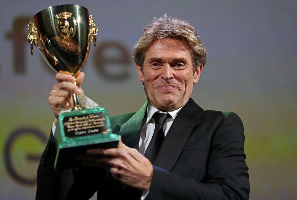 En İyi Erkek Oyuncu Ödülü 'At Eternity's Gate' filminde ünlü Hollandalı ressam Vincent Van Gogh'u canlandıran Oscar ödüllü ABD'li aktör Willem Dafoe'nun oldu.