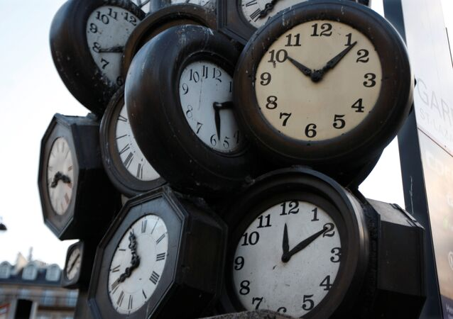 Paris'te bir tren istasyonunda saatlerden yapılma heykel
