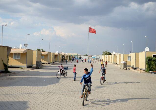 Suriyeli sığınmacı kampı - Göç İdaresi Genel Müdürlüğünce, çadır kentlere gönderilen taşınma kararı doğrultusunda Adıyaman Geçici Barınma Merkezi'nden 140 Suriyeli aile, Kilis Elbeyli Geçici Barınma Merkezi'ne geldi.