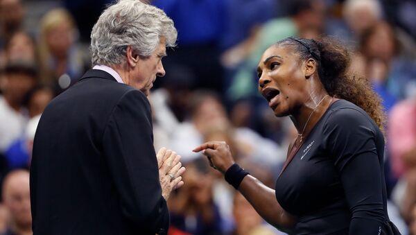 2018 Amerika Açık finalinde Serena Williams, sandalye hakemi Carlos Ramos ile tartışırken - Sputnik Türkiye