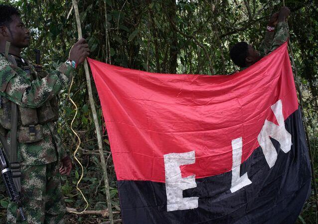 Los rebeldes del Ejército de Liberación Nacional (ELN) sostienen un estandarte en las selvas del noroeste de Colombia