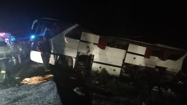 Aksaray'da, emniyet güçlerinin refakat ettiği düzensiz göçmenleri taşıyan otobüsün devrilmesi sonucu 17'si polis 41 kişi yaralandı. - Sputnik Türkiye