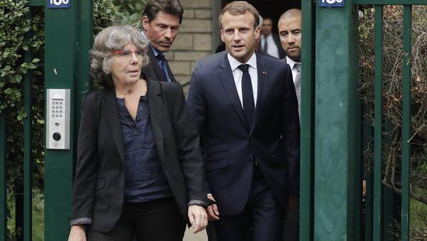 Fransa Cumhurbaşkanı Emmanuel Macron  Cezayir'in bağımsızlığını savunan bir komünist olan ve 1957'de kaybedilen matematikçi Maurice Audin'in kızı Michelle Audin'le birlikte - Sputnik Türkiye