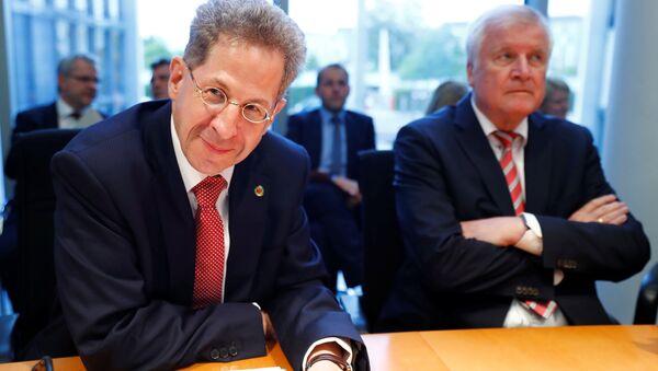 Anayasayı Koruma Teşkilatı (BfV) Başkanı Hans Georg Maassen (solda) ile İçişleri Bakanı Horst Seehofer, Chemnitz olaylarının ardından, meclis komisyonlarına hesap verdi. - Sputnik Türkiye