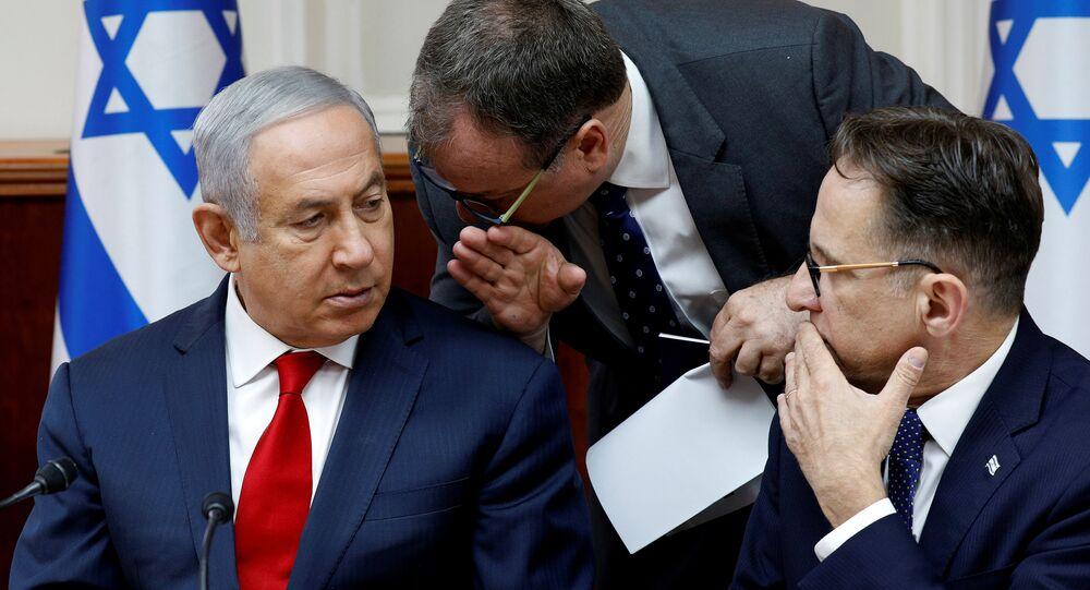 İsrail Başbakanı Benyamin Netanyahu ile Uluslararası Medya Sözcüsü David Keyes (ortada)