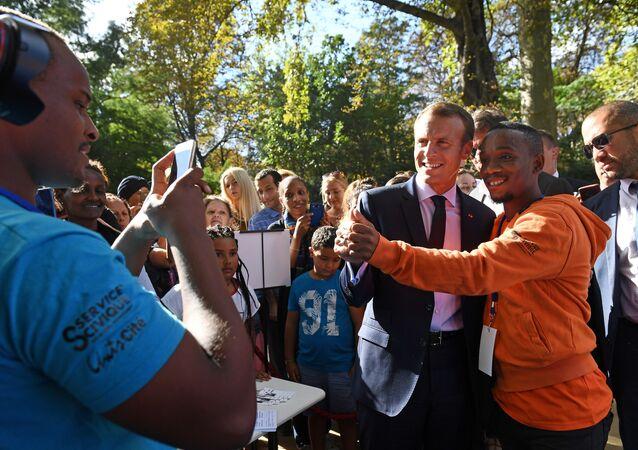 Fransa Cumhurbaşkanı Emmanuel Macron,  Elysee Sarayı'nı ziyaret edenlerle selfie çektirdi