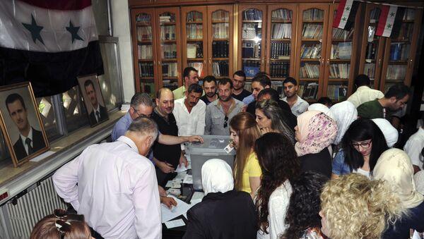 Suriye'de 16 Eylül 2018'de düzenlenen yerel seçimlerde, başkent Şam'ın seçmenleri sandığa yoğun ilgi gösterdi. - Sputnik Türkiye