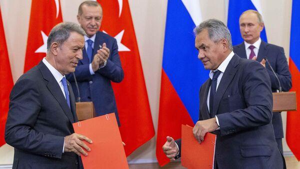 Türkiye ve Rusya Savunma Bakanları Hulusi Akar ile Sergey Şoygu, İdlib'deki gerilimi azaltma bölgesindeki durumun normale döndürülmesi konusunda mutabakat zaptı imzaladı. - Sputnik Türkiye