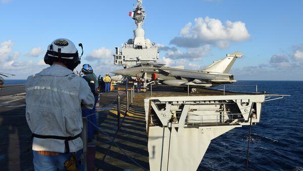 French navy technicians work near a French Rafale aircraft on the flight deck on the aircraft carrier Charles-de-Gaulle, in eastern Mediterranean sea, on November 21, 2015 - Sputnik Türkiye