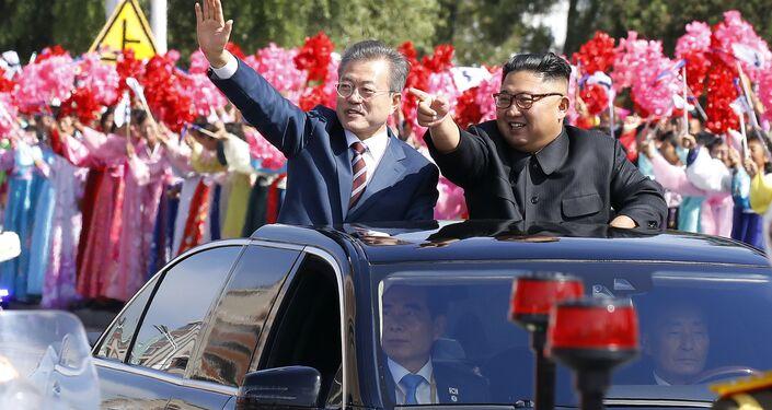İkili, başkent caddelerinde bekleyen kalabalığı araçlarından selamlayarak devlet konuk evi Paekhwawon'a geçti. Kim, Moon'a Sayın Başkan, tüm dünyayı dolaşıyorsunuz ama bizim ülkemiz gelişmiş ülkelere göre daha mütevazı. Bugünü dört gözle bekliyordum. Size sunacağımız konaklama imkanları düşük olabilir ama tüm samimiyetimizle hareket ettik dedi.