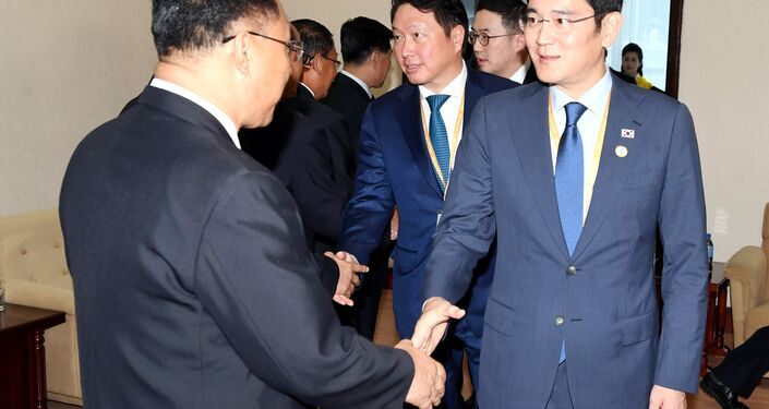 Öte yandan eski Devlet Başkanı Park Geun-hye'nin yetkilerinin elinden alınmasına yol açan yolsuzluk ve siyasi nüfuz skandalına yönelik soruşturma kapsamında yargılanan Samsung Genel Müdürü Lee Jae-yong'un heyette olması tartışmaları beraberinde getirdi. Kuzey Kore Ekonomi Bakanı Ri Yong-nam'la görüşen Lee Aynı ulusun parçası olduğumuzu hissediyorum dedi. Ri de Çeşitli nedenlerden ötürü çok ünlü bir insansınız espirisi yaptı. Güney Kore Devlet Başkanlığı da Lee'nin heyete dahil edilmesini şöyle savundu: Dava başka, iş başka.
