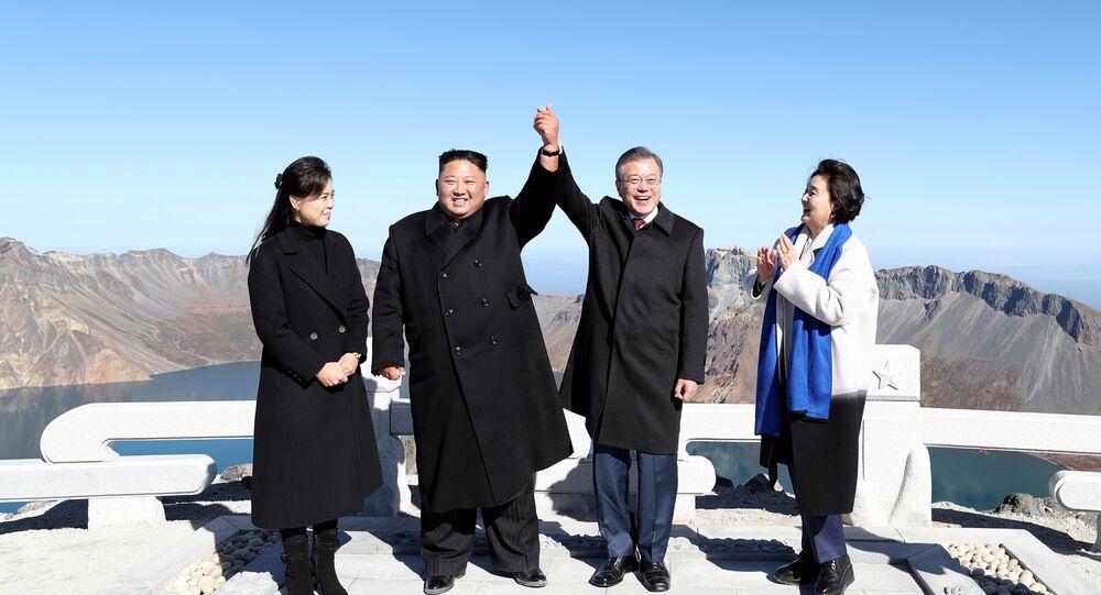 Pyongyang'da Sunan Uluslararası Havalimanı'ndan eşlerinin de yanlarında olduğu kendi özel jetleriyle Samjiyon Havaalanı'na inen Moon ve Kim, kutsal kabul edilen volkanik Paekdu Dağı'nın zirvesi Çanggun-bong'da el ele tutuşarak samimi görüntüler verdi. Dörtlü, dağın ünlü krateri Çonji etrafında da gezindi.