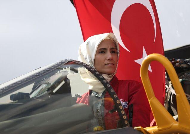 Sümeyye Erdoğan Bayraktar, TEKNOFEST etkinlik alanını gezerek Phantom 4 uçağına bindi.