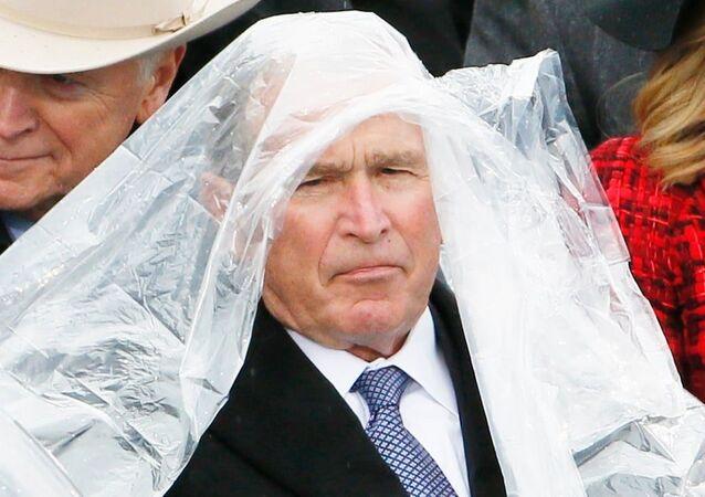 Donald Trump'ın 20 Ocak 2017'deki yemin törenine, eski başkanlardan George W. Bush'un yağmurdan korunmak için dağıtılan naylon pançoyu giymek için verdiği mücadele damga vurmuştu.
