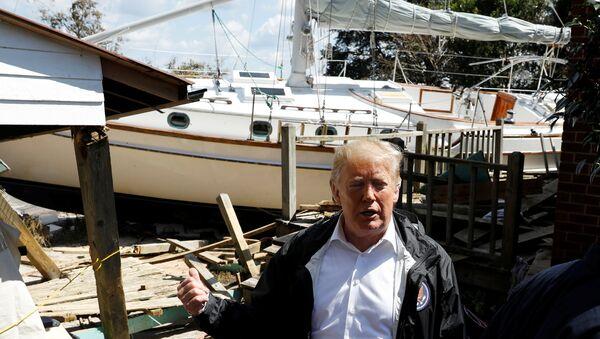 Florence Kasırgası'nın vurduğu Kuzey Carolina'yı ziyaret eden Trump, bahçesine tekne çıkan aileyle dalga geçti. - Sputnik Türkiye