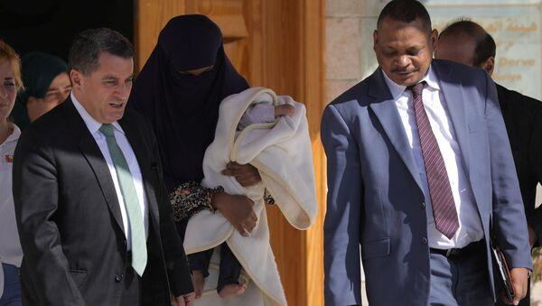 DSG Dış İlişkiler Sorumlusu Abdulkerim Omar (solda), IŞİD mensubu Sudanlı bir kadın ile bir aylık bebeğini, Sudanlı bir diplomata teslim etti. - Sputnik Türkiye