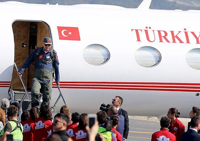 29 Ekim'de açılması planlanan İstanbul Yeni Havalimanı'na ikinci kez inen Erdoğan'ın kendisi için özel dikilen, üzerinde Cumhurbaşkanlığı forsu bulunan askeri pilot tulumunu giydiği gözlendi.