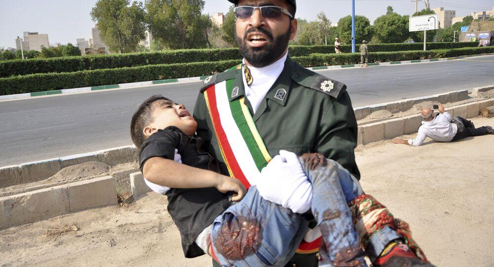 İran'ın Ahvaz kentinde askeri geçit törenine saldırı kadınlarla çocukları da vururken, hedefteki Devrim Muhafızları yaralı sivillere yardım etti.