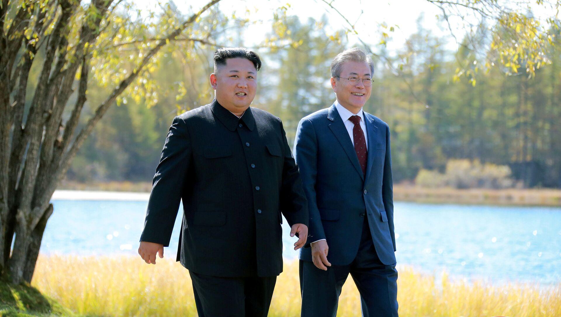 Kuzey Kore lideri Kim Jong-un- Güney Kore Devlet Başkanı Moon Jae-in - Sputnik Türkiye, 1920, 28.07.2021