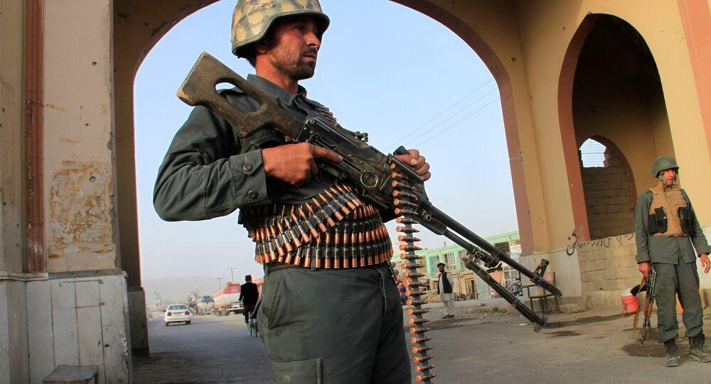 Afganistan'ın Gazni kentindeki bir kontrol noktasında görevli Afgan polisi