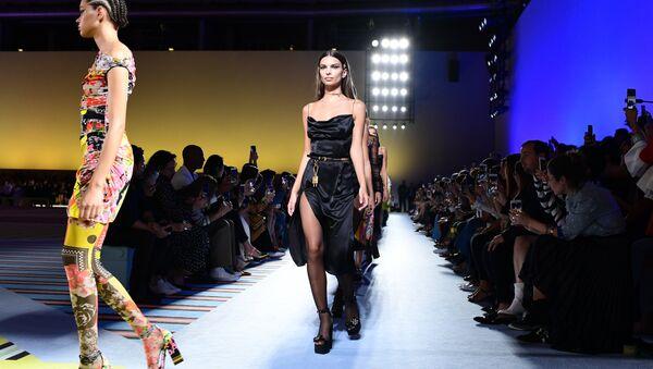 Versace'nin Milano Moda Haftası'nda tanıttığı Kadın Bahar/Yaz 2019 Koleksiyonu'ndan bir kare - Sputnik Türkiye