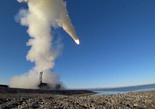 Rusya Savunma Bakanlığı, Kuzey Filosu'nun Kotelny Adası'nda düzenlediği tatbikatta, 'K-300P Bastion-P' kıyı mobil savunma sistemi için Oniks süpersonik füzeleri kullanıldı.  Rusya, bunları Suriye savaşında da devreye sokmuştu.
